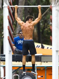 """Zac Efron in action while filming """"Baywatch"""" / Photo: Grosby Group"""