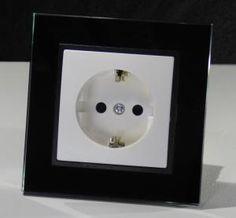 Wechsel Schalter aus der Serie Abelka Nuovo in GLAS Ausführung schwarz für moderne Raumgestaltung. Funktionelle und praktische Technik vereint für Glas oder Kunststoffrahmen. Alle Abelka Nuovo Komponenten sind für Längs- und Quermontage geeignet und mit einer eleganten Oberfläche versehen. Technische Daten Wechselschalter: - Anschluss: 230V/50Hz - Kratzfest: Ja - Schaltvorgang: prellfrei - leicht erweiterbar - Rahmen: Glas - Ausführung: Unterputz - Farbe: schwarz - Maße: 90x90mm