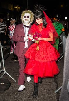 as Beetlejuice and Lydia at Heidi Klum's Halloween party in N. on Wednesday. Halloween 2018, Carrie Halloween Costume, Couple Halloween, Halloween Cosplay, Halloween Stuff, Spooky Halloween, Celebrity Halloween Costumes, Halloween Outfits, Halloween Costumes For Kids