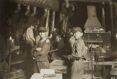 Midnight_at_the_glassworks2b clichés saisissants du travail des enfants vu par Lewis Hine