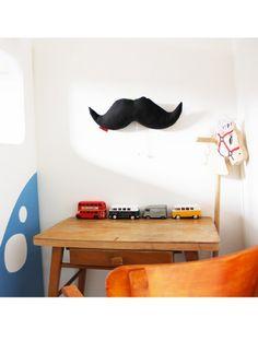 STACHE noire :  boite à musique originale faite main à accrocher sur un mur. Ce produit, made in Paris, est à découvrir sur mellipou.com Une sélection de la rédaction de source-a-id.com.