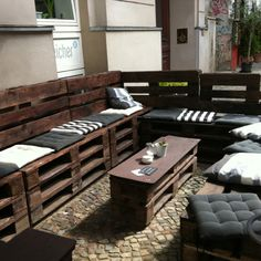 Outdoor pallet seating at Berlin cafe. Since when did pallet become 'in'? Whoa..pallets again :) http://HeavenOnEarthTravel.4mydeals.com                                                                                                                                                      Mais