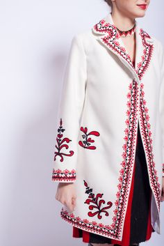 Pardesiul #RomanianLabel contureaza perfect orice tinuta!  #RomanianLabelCoat #traditionalmotifs Pretty Little, Fashion Dresses, Tunic Tops, Costumes, Embroidery, My Style, Blouse, Magazines, Clothes