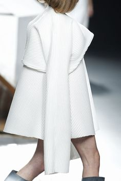 Strong structured 3D silhouette with extended sleeves & fine pleat textures - architectural fashion; shape & volume // Ernesto Naranjo