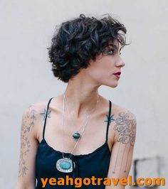 Hairstyles for Short Hair 2019 Trends and Pretty Ideas - Short and Curly Haircuts Cute Short Haircuts, Round Face Haircuts, Cute Hairstyles For Short Hair, Trending Hairstyles, Wavy Hairstyles, Natural Wavy Hair, Short Wavy Hair, Curly Hair Cuts, Curly Hair Styles