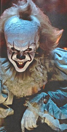 Two new stills from the upcoming big screen take on Stephen King's It have been revealed and they both offer a terrifying new look at Pennywise the Clown. Arte Horror, Horror Art, Scary Movies, Horror Movies, Scary Wallpaper, Pennywise The Dancing Clown, Horror Icons, Creepy Clown, Doja Cat