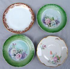 PORCELANA Lote com quatro (04) pratos decorativos em porcelana: um da Porcelana Mauá, pintado à mão (Amélia 1953); um da Porcelana Renner série Mon Chéri; e dois pratos também pintados à mão, verdes, assinados Nclylor. O maior mede 25cm.