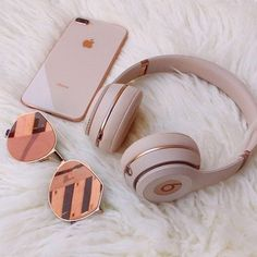 Everday essentials Rose gold beats by dre// high performance headphones Match your headphones to your iphone Things To Buy, Girly Things, Stuff To Buy, Girly Stuff, Street Style Vintage, Rose Gold Aesthetic, Cute Headphones, Iphone Headphones, Beats Headphones