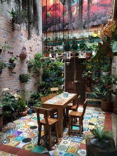 34 Basic Exterior Wall Into an Elegant Vertical Garden and The Perfect Outdoor Rooms, Outdoor Living, Outdoor Cafe, Moderne Lofts, Vertical Garden Design, Vertical Gardens, House Plants Decor, String Lights Outdoor, Balcony Garden