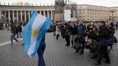 VATICANO. Festejos de argentinos por el papa Francisco (AP).