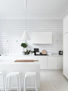 all white kitchen design // white subway tile // white pendant lights // white bar stools // white cabinets Interior Desing, Interior Design Kitchen, Interior Design Inspiration, Interior Stylist, Interior Ideas, Interior Livingroom, Kitchen Dinning, New Kitchen, Kitchen Decor