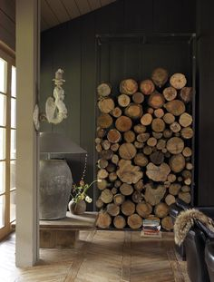 You need a indoor firewood storage? Here is a some creative firewood storage ideas for indoors. Lots of great building tutorials and DIY-friendly inspirations! Kiln Dried Logs, Interior Design Living Room, Interior Decorating, Chalet Chic, Winter Haven, Firewood Storage, Fireplace Design, Simple House, Contemporary