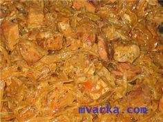 Бигус в мультиварке  Список ингредиентов:  Квашеная капуста – 1 кг. Мясо (свинина) – 400 гр. Лук репчатый – 2 шт. Шампиньоны – 200 гр. Морковь – 1 шт. Томатная паста – 2 ст.л. Соль, сахар, специи по вкусу.  Готовим бигус в мультиварке:  Капусту промыть, отжать, уложить в чашу, залив водой, и установить режим «Тушение» на 1 час. Нашинковать мясо, лук, морковь и грибы тонкой соломкой. Лук, грибы и морковь обжарить в течение 10 минут в режиме «Жарка». Добавить мясо и томатную пасту и жарить еще…
