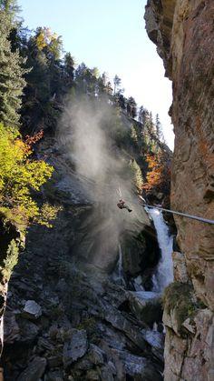 Den spektakulære Via Ferrata fra Saas Fee til Saas Grund er en af de smukkeste og mest spændende måder at forbinde de to landsbyer på. Ruten går gennem naturlige kløfter, huler, vandfald og alpine vegetation. Derudover vil du opleve hængebroer og du vil prøve at pendulsvinge med en rappelling i slutningen af turen. I hundredvis af år har folk kun fået et glimt ind i dybden af Gorge Alpine. I dag vi glider vi gennem kløften via jern kabler, forankringer og stiger. Det vil måske være lidt…