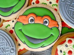 TMNT character cookies (and pizza cookies) Iced Cookies, Sugar Cookies Recipe, Holiday Cookies, Cookie Recipes, Cookie Ideas, Ninja Turtle Cookies, Ninja Turtle Party, Ninja Turtles, Cookie Pizza