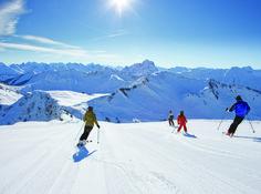 Den Skipass können Sie ohne lange Schlangen an der Liftkassa bei uns an der Rezeption kaufen, so dass Sie direkt ins Skivergnügen bei uns im Bregenzerwald starten können. Wir bieten die perfekte Unterkunft für Sie. Mount Everest, Wonderland, Mountains, Nature, Travel, Front Desk, Winter Vacations, Ski, Naturaleza