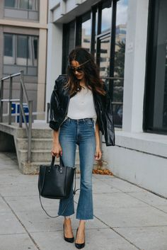 womens fashion spring looks great. Flare Jeans Outfit, Denim Outfit, Look Jean, Jean Flare, Latest Fashion For Women, Womens Fashion, Ladies Fashion, Outfit Trends, Inspiration Mode