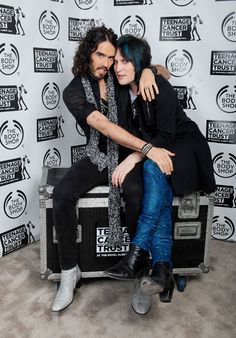 Noel Fielding and Russell Brand British Humor, British Comedy, Beatle Boots, The Mighty Boosh, Russell Brand, Celebs, Celebrities, The Body Shop, Man Crush