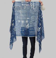 Étole en soie et coton bleu, bicolore, à motif naïf et tribal.     Si chaque pièce Épice est un voyage, cette étole est un voyage culinaire. Cette pièce résolum