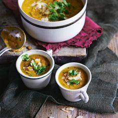Dit is typisch zo'n soep waar iedereenvan houdt. Een beetje zoet enAziatisch, voedzaam en hartverwarmend. Super voor eenkoude winteravond!    1 Verwarm de oven voor op 180 °C. Doede stukjes zoete aardappel en ui in...