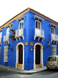 casa azul simétrica/ symmetrical blue house Cartagena