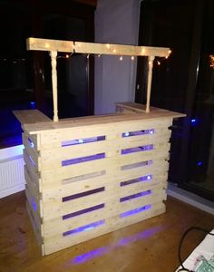 Spindle Pallet Bar Makes Easy Backyard Project! Just add lights . and beverages to your Stair Spindle Pallet Bar and youre ready to go!Just add lights . and beverages to your Stair Spindle Pallet Bar and youre ready to go! Outdoor Pallet Bar, Wood Pallet Bar, Wood Pallets, 1001 Pallets, Pallet Tables, Pallet Benches, Pallet Sofa, Pallet Shelves, Recycled Pallets