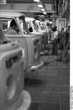 photo, workers on the assembly line build Volkswagen Type 2 vans at VW Autowerks in Hannover, Germany. Volkswagen Transporter, T3 Vw, Volkswagen Type 2, Volkswagen Karmann Ghia, Bus Camper, Volkswagen Bus, Volkswagen Factory, Vw Vintage, Vintage Trucks