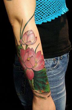 Tatouage avant bras fleur de lotus