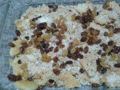 Umm Ali   Hozzávalók (egy nagyobb jénai tálhoz):  -2 lap leveles tészta ( lehet csak egy is, ha hígabbra akarod csinálni) -1 l tej -4-5 ek. cukor -1 cs. vaníliás cukor  Töltelékhez ízlés szerint:  – fahéj – durvára darált dió, mandula vagy egyéb csonthéjas vegyesen – mazsola – kókuszreszelék Ale, Oatmeal, Baking, Breakfast, Food, The Oatmeal, Morning Coffee, Ale Beer, Rolled Oats