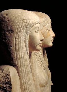 Estatua de Maya y Merit. Fecha: 1320 aC  Material: Piedra caliza  Tamaño: 158 x 90 x 120 cm;  Peso: 1.000 kg.  Procedencia: Saqqara