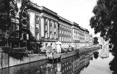 Paleis van Justitie - Prinsengracht. In de 17e eeuw had Amsterdam te kampen met veel vondelingen en wezen en daarom liet het stadsbestuur een nieuw weeshuis bouwen voor 800 personen. Na enkele decennia woonden er echter al 1300 wezen en was een uitbreiding van het pand noodzakelijk. In 1783 werden beide zijvleugels met 2 verdiepingen opgehoogd met ruimte voor 500 mensen. In 1825 werd het weeshuis ontruimd en besloot de gemeente om er de rechterlijke macht te huisvesten.
