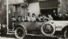 Mustafa Kemal Paşa ve diğer generaller yeni kurtulmuş olan İzmir'e giriyorlar. 10 Eylül 1922