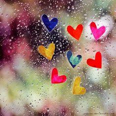 Corações Coloridos Na janela em dia de chuva