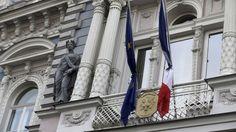 Les drapeaux européens et français en berne sur le fronton de l'ambassade de France à Riga, en Lettonie, le samedi 14 novembre 2015.