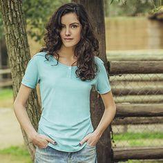 Damen T-Shirt aus 100% Biobaumwolle.100% Nachhaltigkeit, das verspricht dieses T-Shirt mit modischer Knopfleiste aus Biobaumwolle. Denn dieses T-Shirt ist nach Cradle-to-Cradle Richtlinien produziert und daher voll kompostierbar. Es ist besonders hautfreundlich, pflegeleicht und farbecht.