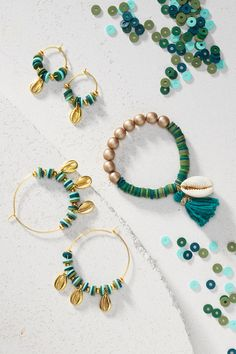 Make a chic bracelet and creole earrings with seashells. Check out how to make this DIY bracelet and earrings with flat heishi beads, rocaille beads and cowrie seashells and find other DIY jewellery inspiration on our website. #DIY #panduro #jewelry #jewelery #smyckestillverkning #smykkefremstilling #smykkelaging #snäckor #skaller #skjell Beaded Jewelry, Jewellery Diy, Beaded Bracelets, Diy Bracelet, Diy Jewelry Inspiration, Trendy Accessories, Bracelet Designs, Jewelery, Shells