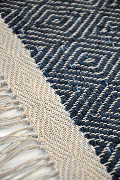 Den här mattan fått ett helt gåsöga i varp som stödkant och sedan frans. 5 cm som lyxar till mattan! Viktoria