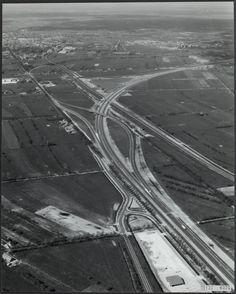 Knooppunt Lankhorst op 8 mei 1979, enkele maanden na de opening van het sluitstuk van de A28 tussen Zwolle en Hoogeveen (weg naar rechts) in januari 1979, gezien richting het noorden. Naar links leidt de N32 via de Rijksomweg uit 1940 om Meppel heen, via de rotonde bij Heerenveen naar Leeuwarden. De weg tussen Meppel en Staphorst was voor de aanleg van dit knooppunt nog kaarsrecht; een klein doodlopend stukje oud tracé is nog te zien net links van het knooppunt.