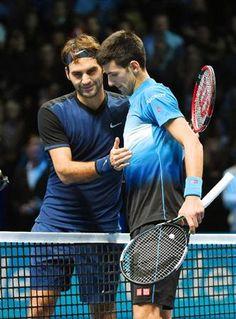 11月22日 ATPツアー・ファイナル・シングルス決勝 フェデラーが前に出てきても巧妙なパッシングでネットプレーを封じ込み強烈なリターンで撃破! フェデラーもいいプレーはあったけどミスが響きました。---Miki シングルス決勝でロジャー・フェデラー(左)にストレート勝ちし、4連覇を達成したノバク・ジョコビッチ=ロンドン(共同) ジョコビッチ、フェデラーにストレート勝ちで史上初の4連覇/テニス