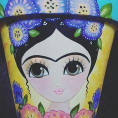 Que nunca falten los colores. Painted Flower Pots, Painted Pots, Hand Painted, Clay Pot Crafts, Crafts To Do, Kahlo Paintings, Flower Pot Art, Flower Pot People, Indoor Plant Pots