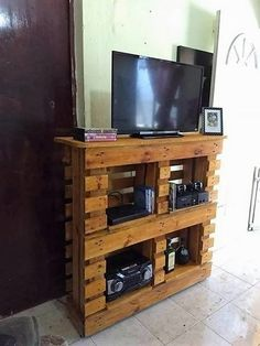 Brilliant Crafting Ideas with Wasted Pallets: Finding the best wood pallet project can a tricky idea especially for the beginners. But wait! Why to search around here and there when. Pallet Tv, Wood Pallets, Recycled Furniture, Pallet Furniture, Pallet Projects, Pallet Ideas, Media Table, Diy Tv Stand, Diy Home Crafts