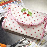 A free coupon clutch pattern! Cute and practical! Plus, easy enough to practice my lacking sewing/crafting skills!