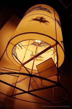 """Seoul Lantern Festival 2011 한국 전통의 주마등, 주마등은 안팎 두 겹으로 된 틀의 안쪽에 갖가지 그림을 붙여서, 그 틀이 돌아감에 따라 안에 켜 놓은 등불 때문에 그림이 종이나 천을 바른 바깥쪽에 비치게 만든 등을 말합니다. 사물이 덧없이 빨리 변해 돌아가는 것을 비유하는 말로 """"세월이 주마등처럼 지나간다""""라고 표현하기도 합니다. 매년 11월 첫째 주 금요일부터 17일간 펼쳐지는 대한민국의 수도 서울에서 열리는 서울등축제에 오시면 아름답고 재미있는 등을 많이 만나보실 수 있습니다."""