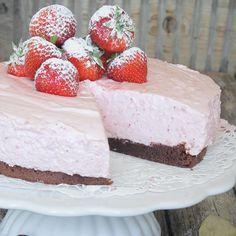 LYX! Superläcker fluffig jordgubbsmousse på en lätt kladdig, chokladig browniebotten! No Bake Desserts, Dessert Recipes, Yogurt Recipes, Valentines Food, Pie Dessert, No Bake Cake, Vanilla Cake, Tart, Sweet Treats