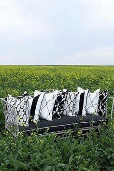 Gesofistikeerde swart-en-wit Outdoor Sofa, Outdoor Furniture, Outdoor Decor, Black And White, Colour, Artist, Home Decor, Color, Decoration Home