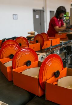 See how Le Creuset cookware is made in France: A Visit to the Factory - ooooh. Love me some Le Crueset :) Cooking Gadgets, Cooking Tools, Le Creuset Colors, Le Creuset Cookware, Cookware Set, David Lebovitz, Le Cordon Bleu, Cast Iron Stove, Cast Iron Cooking