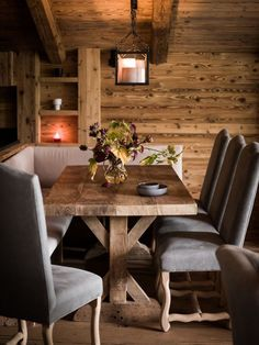 37 Warm Cozy Rustic Dining Room Designs For Your Cabin - If you are in the process of decorating your dining room, you can get yourself a rustic dining table. This is a beautiful table that will leave the ro. Dining Room Design, Dining Room Furniture, Dining Room Table, Dining Rooms, Rustic Interiors, Cabin Interiors, Dining Room Inspiration, Transitional Decor, Home Fashion