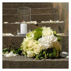 addobbi floreali per scalinata chiesa - fotografie di matrimonio www.maisonstudio.it ©