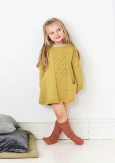 Søtkjolen fra Sandnesgarn, i smart maisgul str 😍 Girls Knitted Dress, Knit Baby Dress, Crochet Baby Clothes, Baby Cardigan, Baby Pullover, Baby Outfits, Kids Outfits, Knitting For Kids, Baby Knitting Patterns