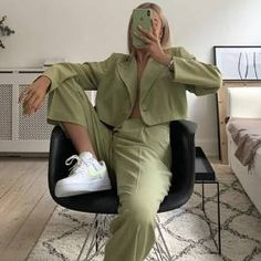 10 Looks estilosos sem estampa » STEAL THE LOOK Cher Horowitz, French Outfit, Kaia Gerber, Halloween Disfraces, Out Of Style, Shades Of Green, Travel Style, Bean Bag Chair, Going Out